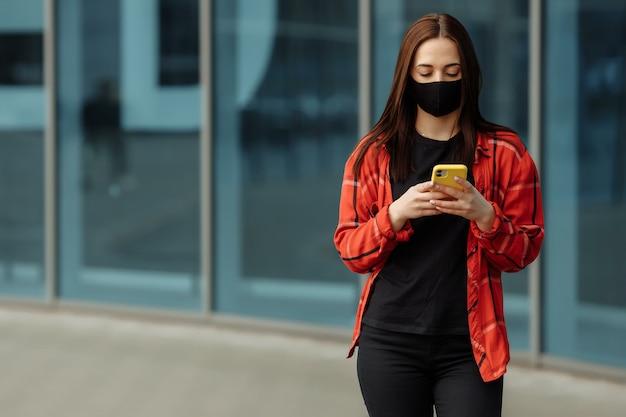 La giovane bella donna indossa la maschera facciale nera