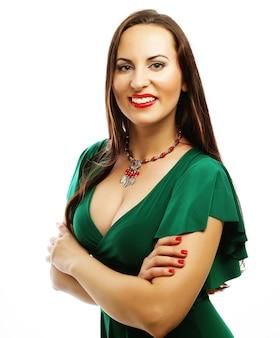 Giovane bella donna che indossa abito verde. ritratto di moda glamour.