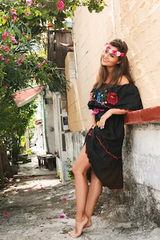 Giovane bella donna che indossa abito tradizionale messicano sulla strada della città