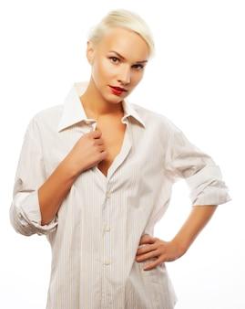 Giovane bella donna che indossa bianco. fashion style.