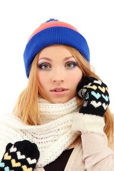 Giovane bella donna che indossa abbigliamento invernale, isolato su bianco