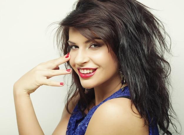 Giovane bella donna con un grande sorriso felice