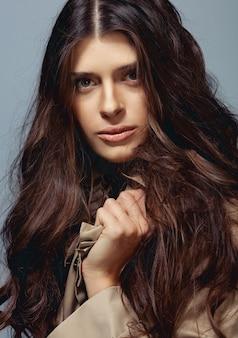 Giovane bella donna con lunghi capelli ricci