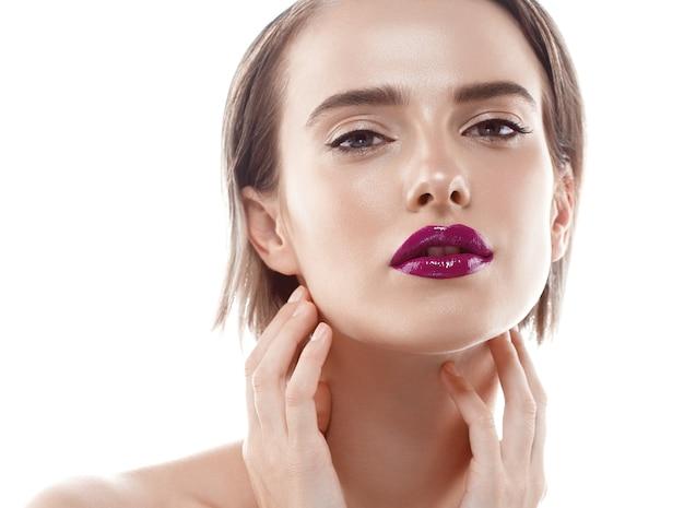 Giovane bella donna con le labbra rosse. pelle di bellezza perfetta sana e trucco naturale.
