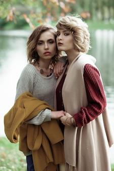 Giovani belle donne vicino al lago. ritratto di moda glamour.
