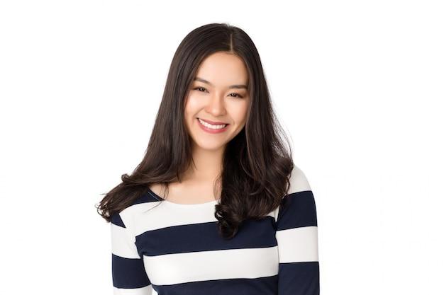 Donna asiatica felice in buona salute di giovane bellezza con il fronte di smiley isolato su bianco.