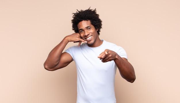 Giovane uomo afro nero che si sente confuso, incapace e insicuro, valutando il bene e il male in diverse opzioni o scelte