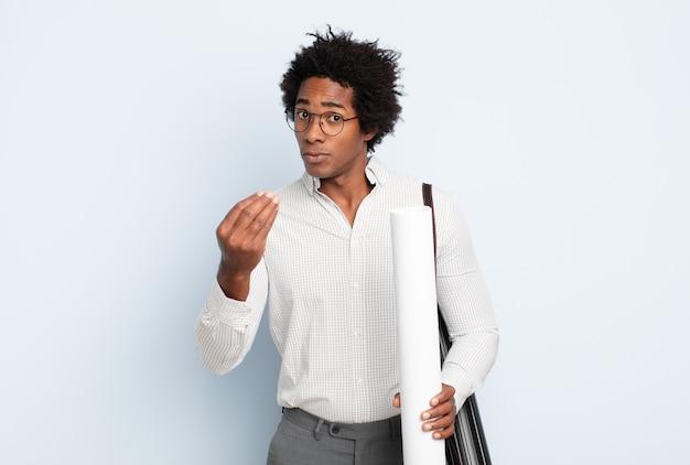 Giovane uomo afro nero che fa capice o gesto di denaro, dicendoti di pagare i tuoi debiti