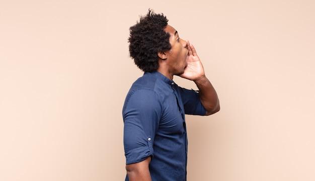 Giovane uomo afro nero che fa capice o gesto di denaro, dicendoti di pagare i tuoi debiti!