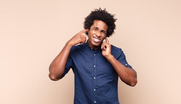 Giovane uomo afro nero in preda al panico per una scadenza dimenticata, sentendosi stressato, dovendo coprire un pasticcio o un errore