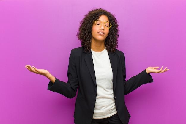Giovane donna d'affari nera sentirsi perplessa e confusa, incerta sulla risposta o decisione corretta, cercando di fare una scelta