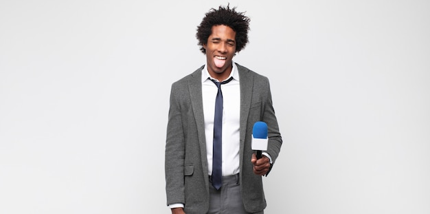 Giovane nero come presentatore televisivo