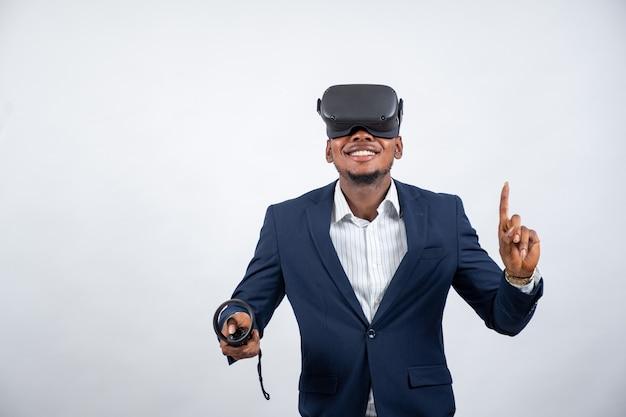 Giovane uomo di colore che usa un visore vr e un controller
