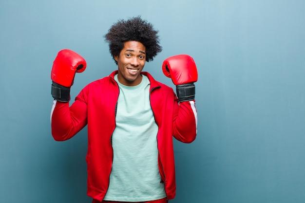 Giovane uomo di colore con guantoni da boxe