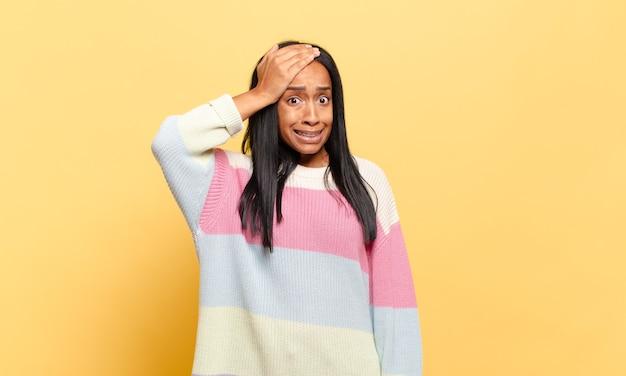 Giovane donna di colore in preda al panico per una scadenza dimenticata, sentendosi stressata, dovendo coprire un pasticcio o un errore