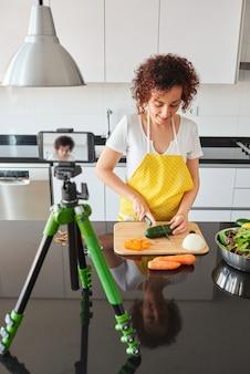 Giovane blogger e influencer online che registra contenuti video su cibi sani