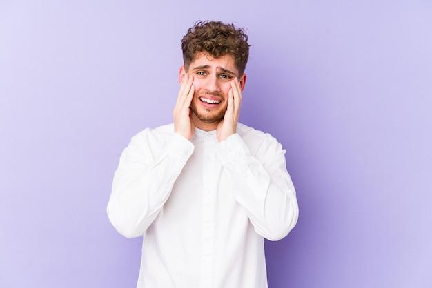 L'uomo caucasico dei giovani capelli ricci biondi ha isolato il pianto, insoddisfatto di qualcosa, il concetto di agonia e di confusione.