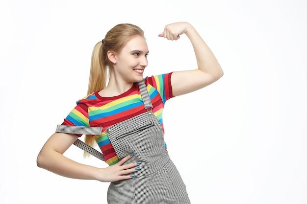 La giovane bionda piegò il braccio, mostrando emotivamente forza.