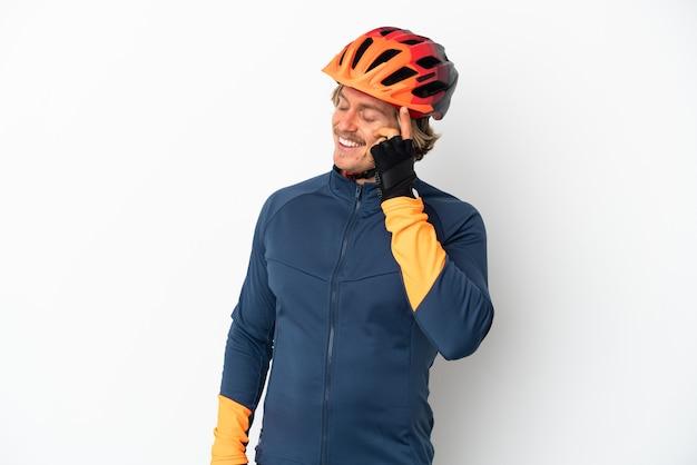 Giovane ciclista biondo uomo isolato ridendo