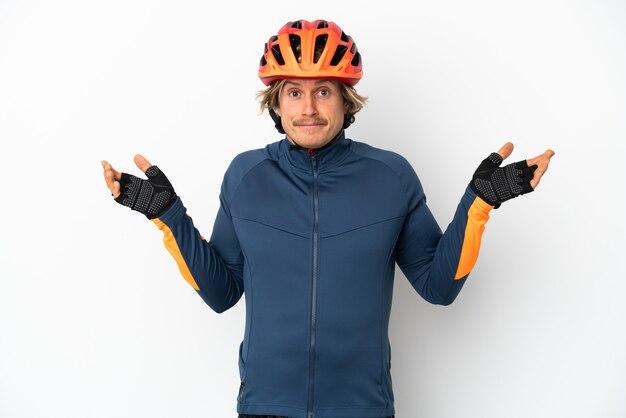 Uomo giovane ciclista biondo isolato