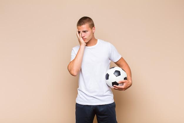 Giovane uomo biondo che si sente annoiato, frustrato