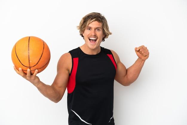 Giovane uomo biondo isolato sul muro bianco, giocando a basket