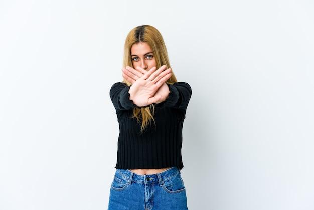 Giovane donna bionda che fa un gesto di rifiuto