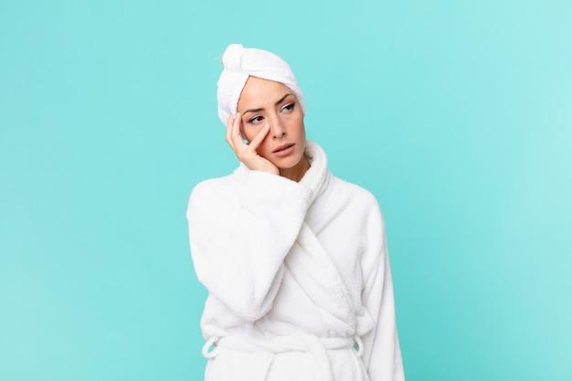 Giovane donna bionda che si sente annoiata, frustrata e assonnata dopo una noiosa. concetto di doccia.