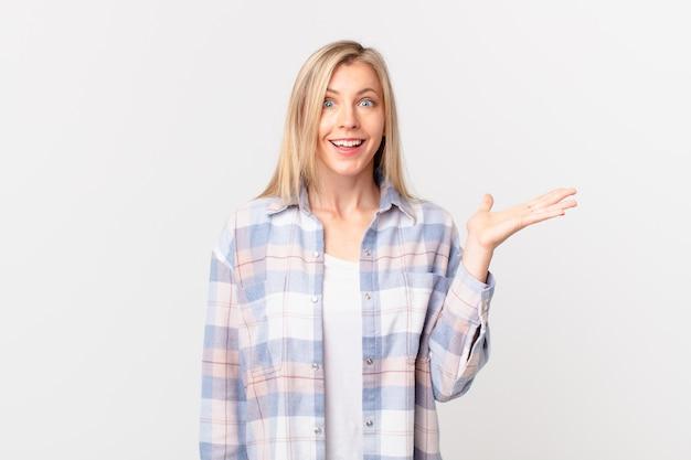 Giovane donna bionda che si sente felice, sorpresa nel realizzare una soluzione o un'idea