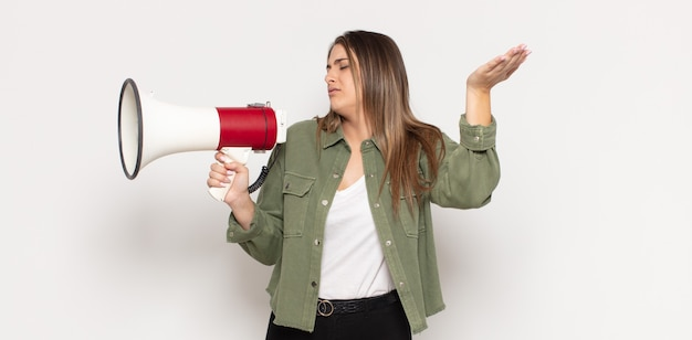 Giovane donna bionda che si sente stressata, ansiosa, stanca e frustrata, tira il collo della camicia, sembra frustrata dal problema