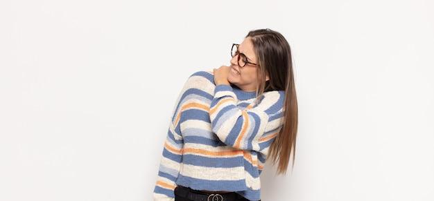 Giovane donna bionda che si sente stanca, stressata, ansiosa, frustrata e depressa