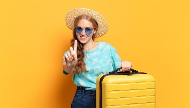 Giovane donna bionda pronta a viaggiare