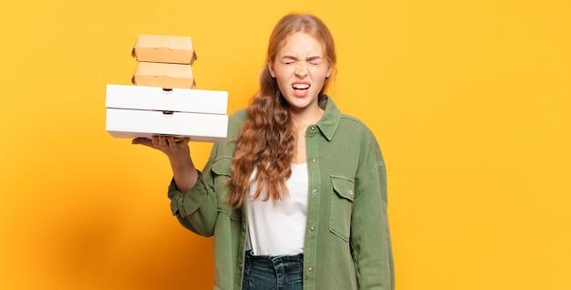 Giovane donna bionda che porta via il fast food