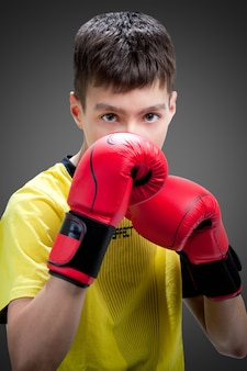 Giovane pugile in guanti rossi