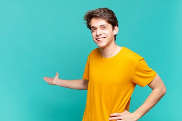 Ragazzo giovane che si sente felice e allegro, sorridente e accogliente, invitandoti a entrare con un gesto amichevole