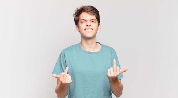Ragazzo che si sente provocatorio, aggressivo e osceno, lanciando il dito medio, con un atteggiamento ribelle