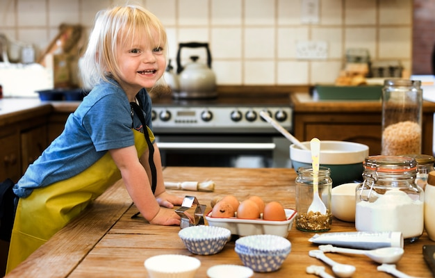 Giovane ragazzo in cucina