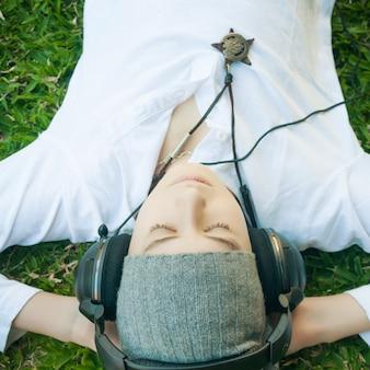 Musica d'ascolto del giovane ragazzo