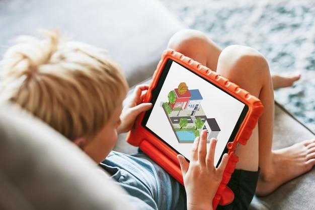 Giovane ragazzo che gioca sul tablet