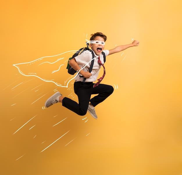 Il giovane studente salta in alto come un super eroe per scappare dalla lezione di scuola