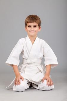 Ragazzo che indossa il kimono bianco di karate