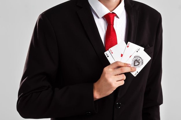 Un giovane ragazzo con un trucco artistico burlone. concetto di gioco d'azzardo e casinò. colpo dello studio sfondo bianco .