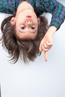 Giovane ragazzo con i capelli lunghi