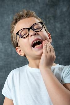 Giovane ragazzo con mal di denti