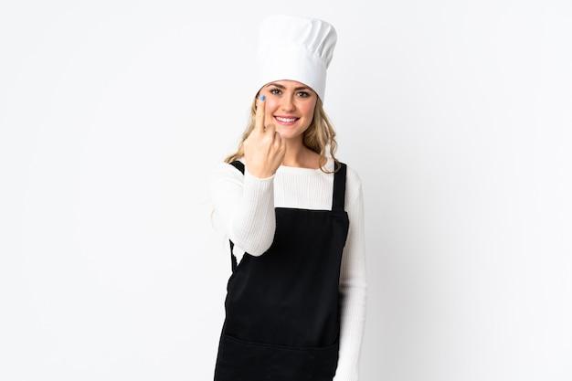 Giovane donna brasiliana del cuoco unico isolata su bianco che fa il gesto venente