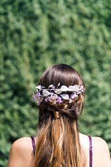 Giovane sposa con capelli biondi bella acconciatura e bella corona di copricapo in porcellana naturale