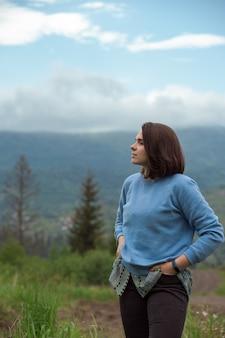 Bruna giovane donna guardando vista montagne dei carpazi in ukraine