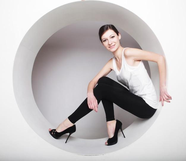 Giovane donna bruna in posa in un cerchio