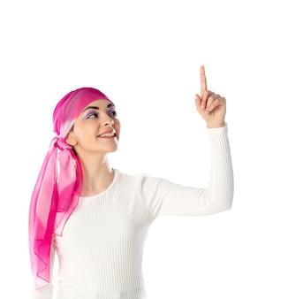 Giovane donna castana che indossa foulard rosa isolato