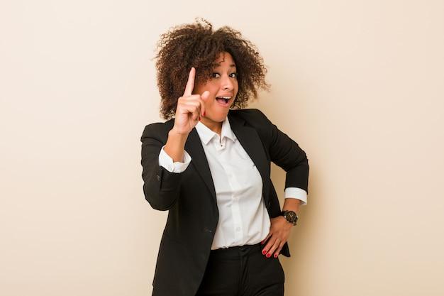 Donna afroamericana di giovani affari che ha un'idea, concetto di ispirazione.